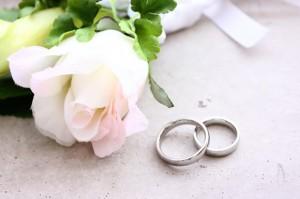 結婚指輪と花の写真