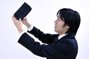 妻の財布の中身をみる男性