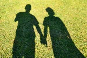 手を繋ぐ二人の影