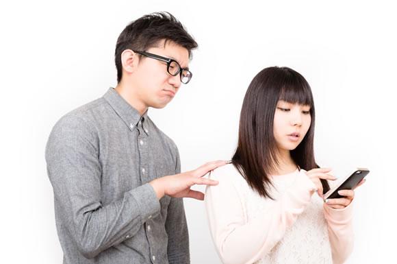 夫の出会い系サイト利用を疑う女性