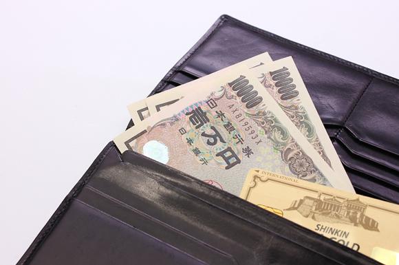 財布に入ったお金とカード
