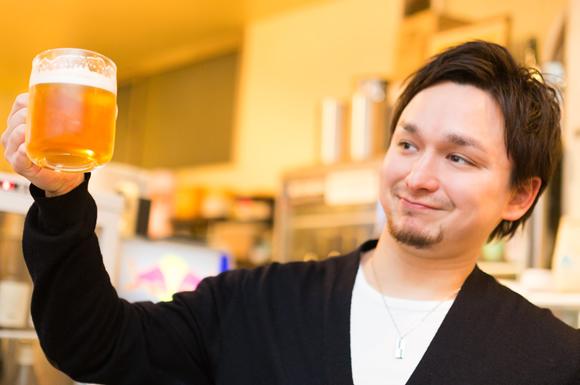 お酒を飲む男性