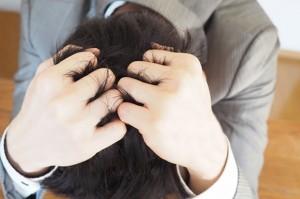 離婚問題に頭を抱える男性