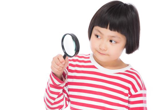 女性の人相を見る少女