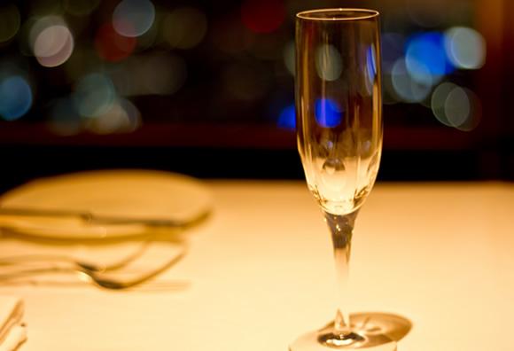 テーブルに置かれたグラス