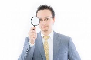 虫眼鏡を持つ男性