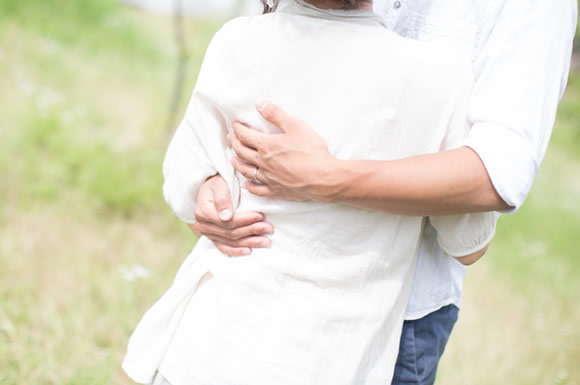 抱き合う夫婦